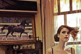 Julia Saner arpente Istanbul pour Vogue Turkey
