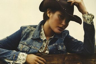Catherine McNeil en cow-girl illuminée pour Vogue Paris