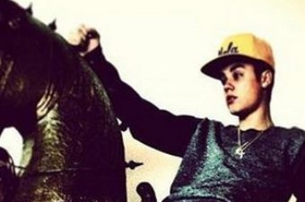 [People] Justin Bieber rides my pony #1