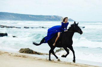 [Fashion Editorial] Juliana Jorge à cheval entre sable et mer