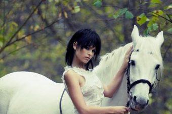 [Fashion Editorial] Roman Schmidt : la princesse sur son cheval blanc