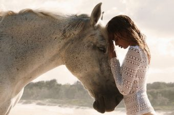 [Fashion Editorial] Le sable, le cheval et Samantha Harris