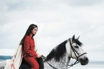 [Fashion] Enfant rêveuse et cheval gris pour Toast