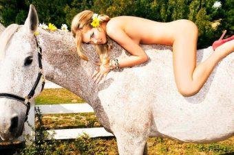 [Sexy Poney] Kate Upton et l'équitation topless