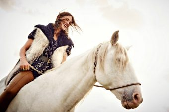 [Fashion Editorial] Janvier : Le cheval blanc devient Glamour à Paris
