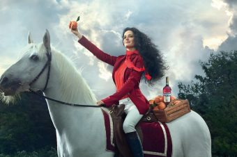 [Brand Content] Le cheval blanc du calendrier Campari 2015