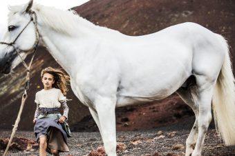 [Fashion Editorial] Le poney blanc de Papier Mache