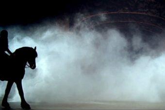 [Music] Le cheval noir de «Pray To God»