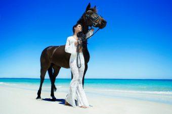[Fashion Photography] Aaron McPolin : horse on the beach