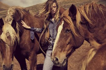 [Fashion Editorial] Anna Lund et Andreas Ortner dans les champs