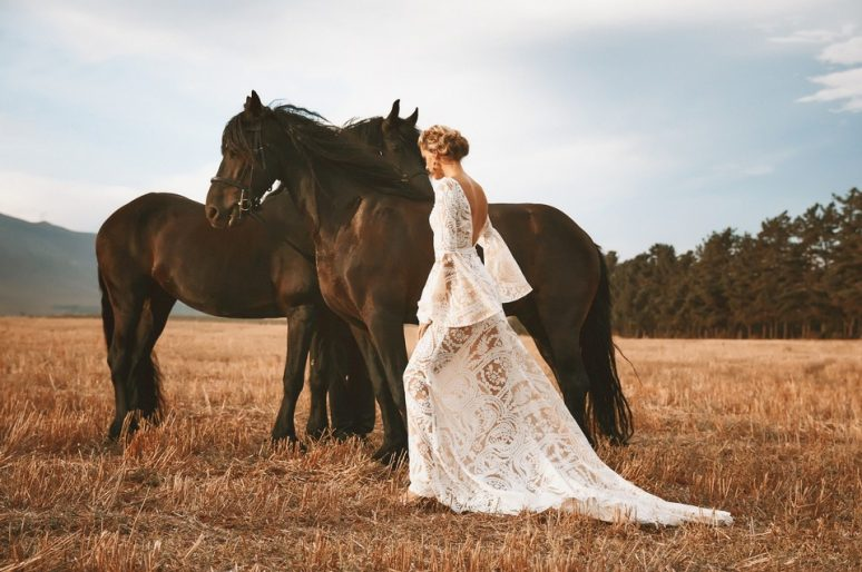 [Fashion] Vagabond Bridal : Friesian horses and wedding dresses