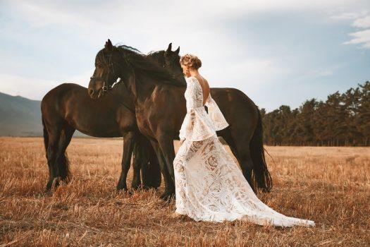 [Fashion] Vagabond Bridal : Friesian horses and wedding dresses